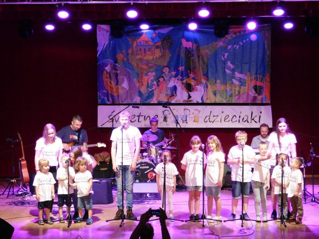Świetne Dzieciaki śpiewają na scenie
