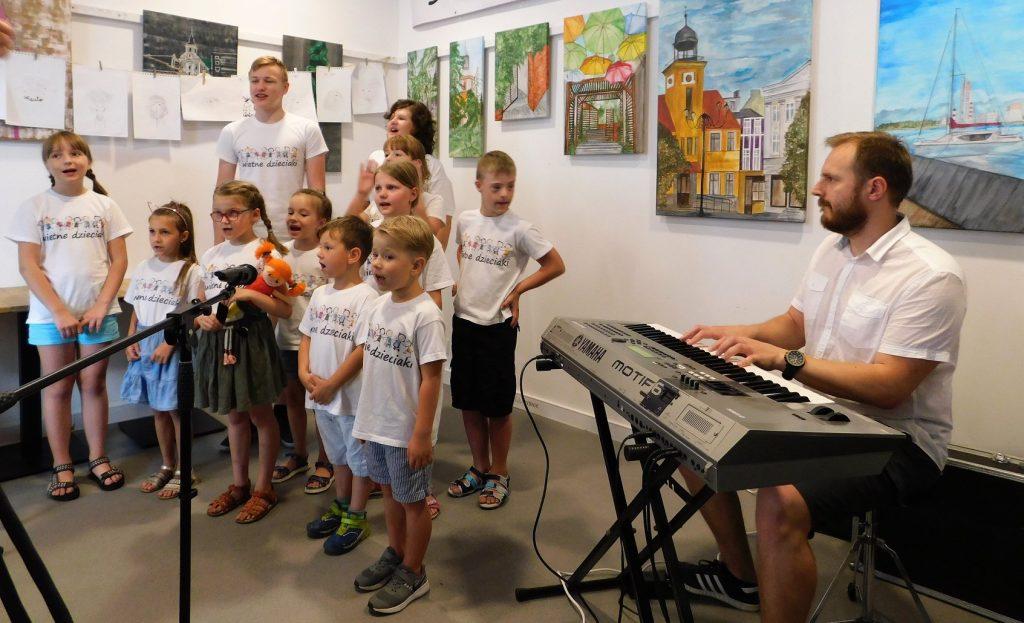 Występ grupy integracyjnej Świetne Dzieciaki w halo! Rybnik